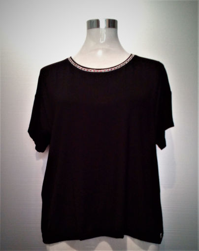 T-Shirt profilata con strass colorati al collo.95% viscosa e 5% elastan.Collezione Primavera-Estate 2020