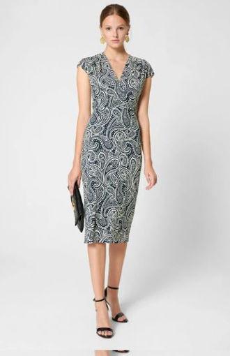 Vestito in fibra naturale è decorato con motivi paisley