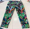 Pantalone in cotone con stampa jungle, elasticizzato.