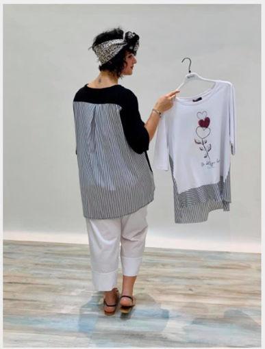 KEYRA' di ALBERTO CACCIARI - T-shirt in cotone, disponibile in nero o bianco, con inserti a righe sulla schiena e stampa con dettagli rosa.
